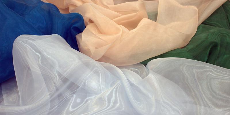Organze kumaşlar çok ince yapıya sahip oldukları için dikkatli giyilmeleri gerekmektedir.
